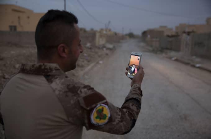 En soldat pratar med sin mamma på mobilen. Många av soldaterna har inte sett sina anhöriga på flera år. Foto: Niclas Hammarström