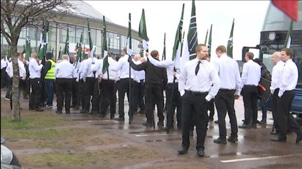 Ledare i Nordiska motståndsrörelsen bär vapen