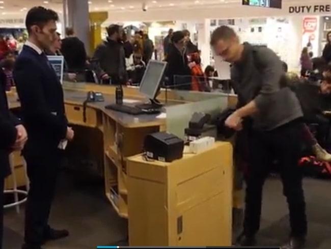 <span>Andreas laddade upp sina SAS Eurobonus-uppgifter på ett chip och opererade in det i handen.</span>