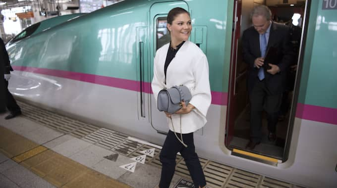 Victoria kliver av tåget i Sendai. Foto: Sven Lindwall