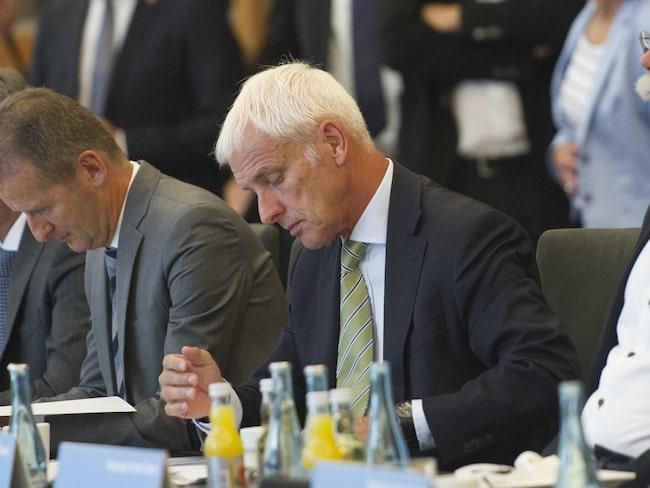 Audis vd Rupert Stadler, andra till höger i bild, anklagas för att ha personligen instruerat sin personal att mörklägga fusket av utsläppstester.