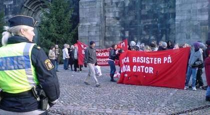 Motdemonstranterna samlades utanför domkyrkan i Lund. Foto: Drago Prvulovic