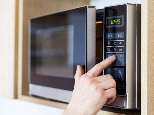 Mikrovågsugnen kan börja lukta efter ett tag. Skär en skiva citron och lägg i en skål med vatten. Sätt på mikron och låt det koka en stund. Torka sedan ur.