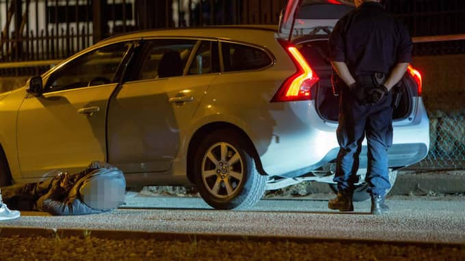 Lite senare meddelade polisen att tre personer gripits misstänkta för grovt vapenbrott, de personer som färdats i bilen samt ytterligare en person. Foto: Henrik Jansson