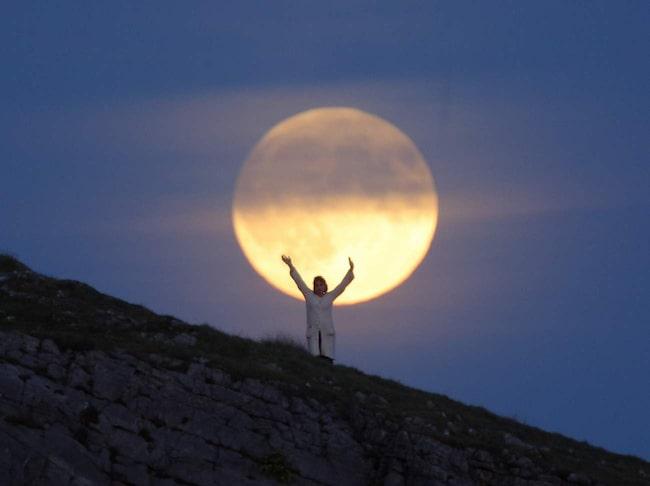 Fullmånen fascinerar, beundras – och skräms.