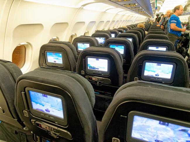 Stolsraderna blir lätt breda sängar på Air New Zealand.