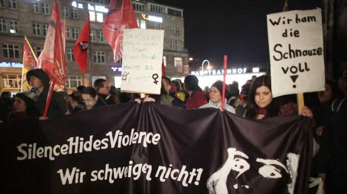 Demonstration utanför tågstationen i Köln efter nyårsnattens överfall på kvinnor. Foto: Oliver Berg / Epa / Tt