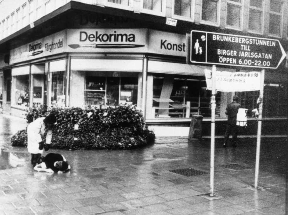 Den här bilden togs av polisen några dagar efter mordet då polisen ville rekonstruera händelserna i korsningen vid Sveavägen-Tunnelgatan i Stockholm. Foto: Polisen