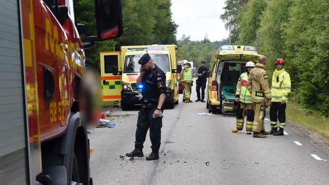 En man har förts till sjukhus i helikopter efter kraschen. Foto: Joakim Eriksson