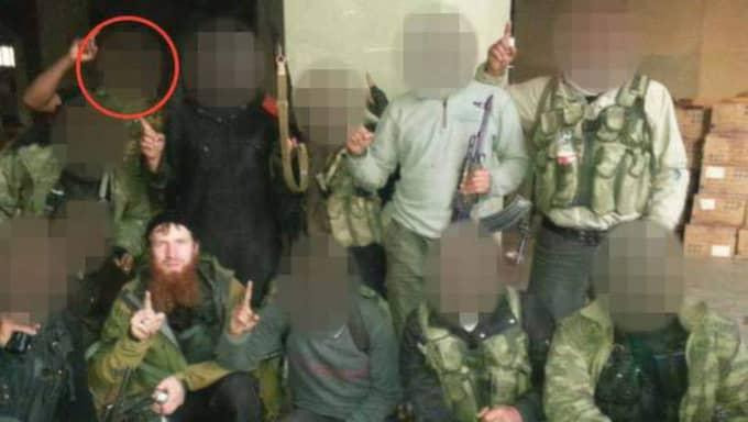 Den misstänkte 30-åringen (inringad) när han poserar med andra krigare. Mannen med skägg är en militär befälhavare inom IS som kan ha dödats i Syrien tidigare i år. Foto: Polisen