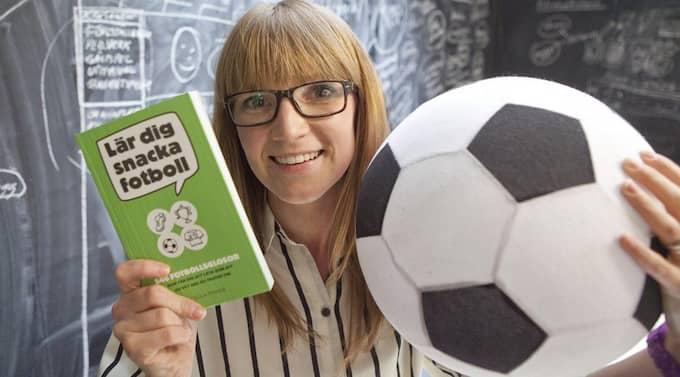 """Cecilia Franck har skrivit boken """"Lär dig snacka fotboll"""" som bland annat innehåller 546 fotbollsglosor. Foto: Joachim Wall"""