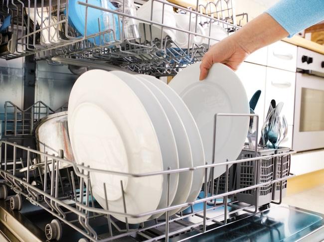 Det kan kännas som en vinst att lyckas lasta diskmaskinen full och få in porslin i alla vrår – men stopp! Maskinen får inte fyllas för mycket, då blir det inte rent.