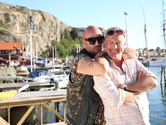 """<span>Tony tillsammans med stylisten Jonas Hallberg, de är huvudpersonerna i tv4:as """"Camping-queens"""".<br></span>"""