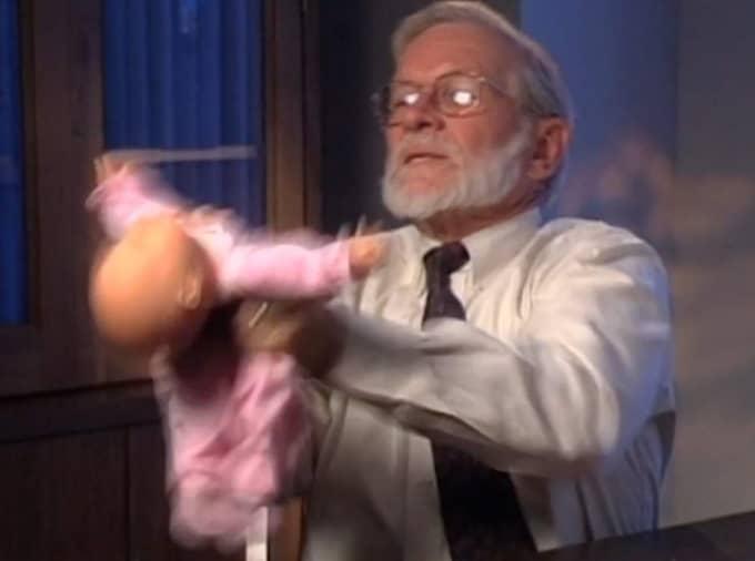 """De inflytelserika läkarna som förespråkar diagnosen försökte stoppa dokumentären """"The Syndrome"""" som granskar shaken baby syndrome. Här en bild ur filmen där professor Robert M. Reence, en av förespråkarna, demonstrerar hur skakning av barn går till på en docka."""