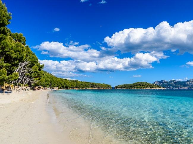 Formentors strand är också en populär plats, med utsikt över bergen.