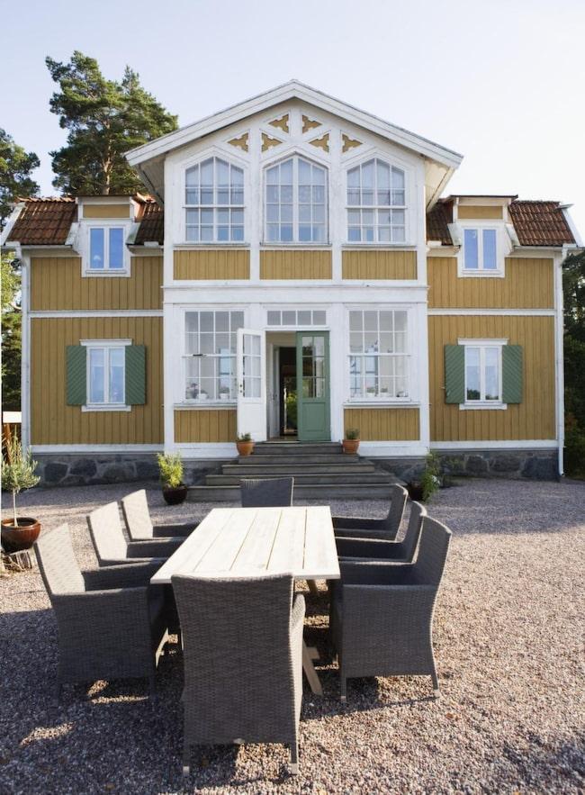 <strong>Huset</strong><br>Mot sjösidan har fasaden en riktigt pampig karaktär med fina lövsågerier och fönster. Ockragult, vitt och grönt är förra sekelskiftets ursprungsfärger.