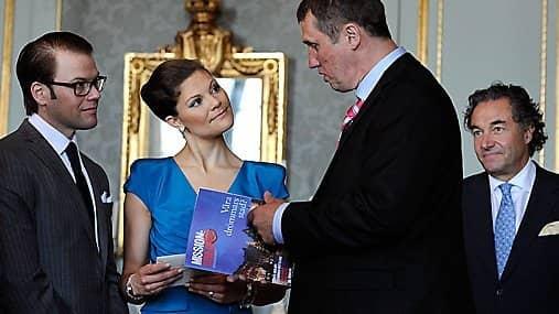 """Kronprinsessan Victoria tar emot en gåva från Laurent """"Larry"""" Leksell (längst till höger) 2010. Foto: Anders Wiklund/Scanpix"""