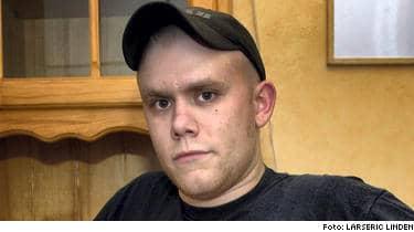 Truckföraren Jonas Larsson, 20, i från Vårgårda blev ofrivilligt invald i kommunfullmäktige efter att ha fått en enda röst. Hans pappa ville skämta lite med honom.