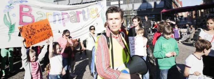 Barnpartiets Ann Nolin gick först i protesttåget.Foto: KARL HENRIK EDLUND Foto: Karl Henrik Edlund