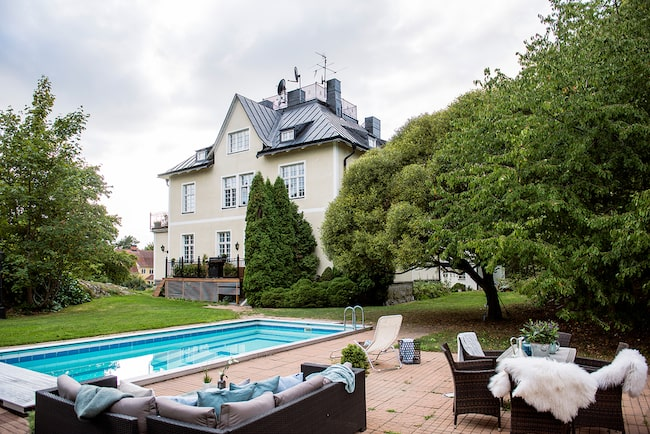 Bor du i den här ettan har du tillgång till stor trädgård, spaanläggning och swimmingpool...