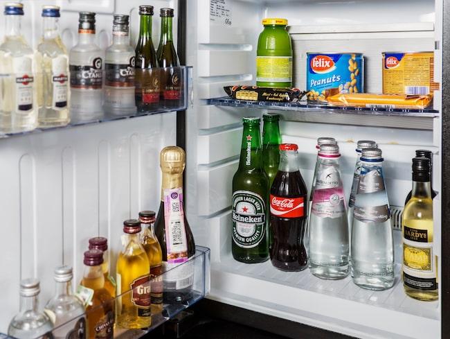 Turister som använt minibarerna har fyllt flaskor med kiss och annan vätska för att slippa betala, visar ny studie.