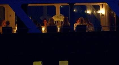 På en hemlig plats i Stockholms skärgård blev Victoria rejält firad av sina bästa vänner. Möhippan fortsätter i morgon och är en välbehövlig paus i kronprinsessans intensiva bröllopsplanering. Foto: Sven Lindwall