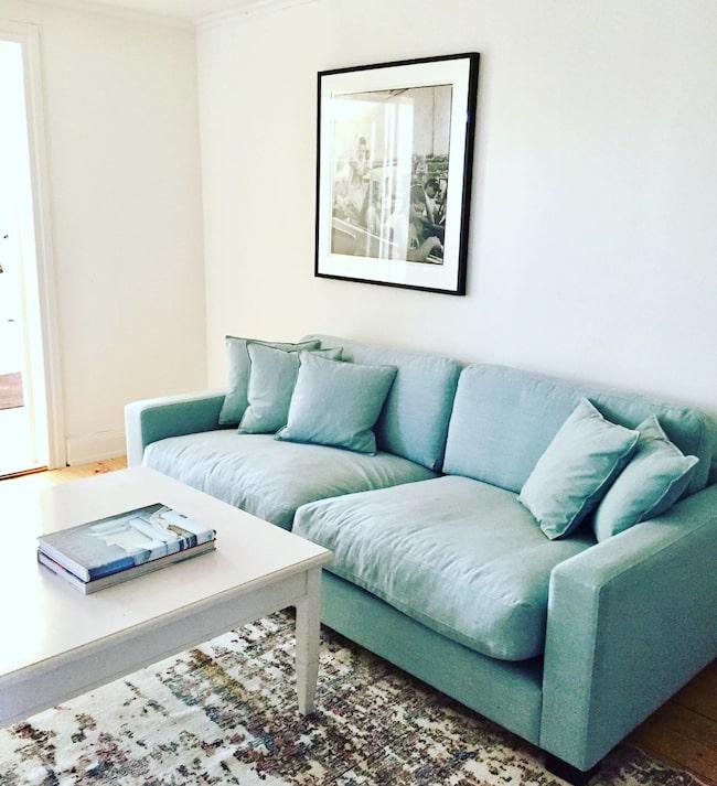 Mjuk och skön färgklick. Den turkosa soffan står på övervåningen. Den slitna vintagemattan känns som om den en gång varit persisk.