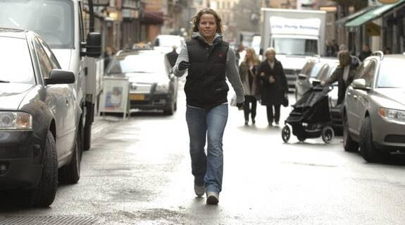 """Vardagsmotion. Sunniva Åhlstad, 25, går regelbundet långa promenader. Och när hon tar sig runt i stan går hon i stället för att ta tunnelbanan och går i rulltrappan i stället för att stå still. """"Jag går för att träna och jag går till vardags. Att gå är en motionsform som verkligen håller i längden"""", säger hon."""