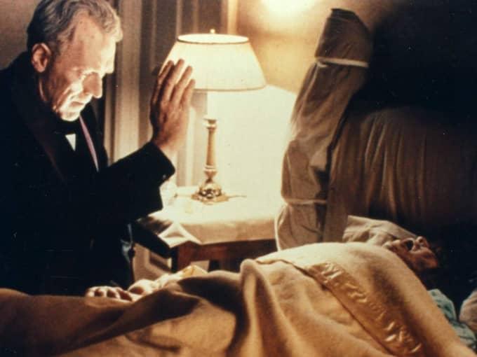 """Max von Sydow i filmen """"Exorcisten"""" där han ska driva ut en demon. Foto: Warner"""