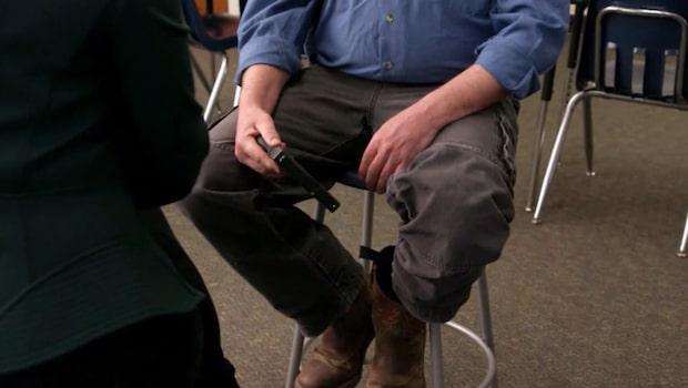 Möt läraren som alltid bär vapen i klassrummet