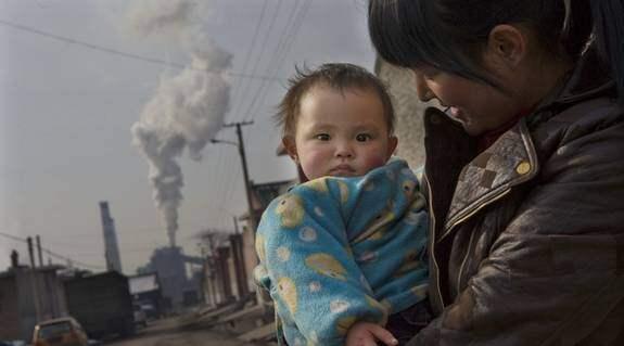 """Litet hopp i stor nedsmutsning. Ettåriga Jia Wei föddes i världens skitigaste stad, Linfen i Shanxiprovinsen i Kina. Nu är hon på väg till sin morfar Yang Yong Mao, som berättar om hur luftföroreningarna sätter sig på allt även på honom själv: """"Jag får inte bort det. Det går inte att tvätta av"""". Foto: Thomas Engstrom"""