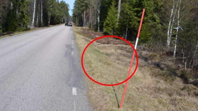 Den svårt medtagne mannen hittades i diket invid vägen mellan Furuby och Dädesjö i Växjö kommun. Foto: POLISEN