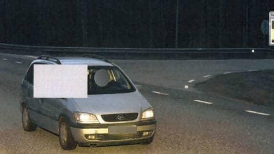 Bild från fartkameran som fångade gärningsmännens bil på bild. Foto: Polisen