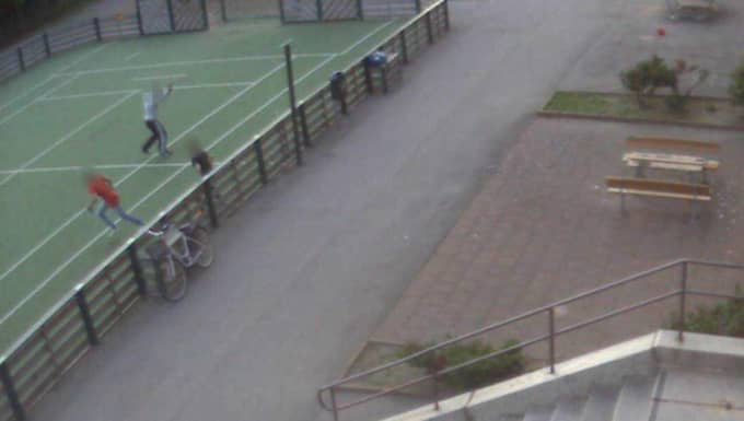Sekunden senare flyr barnen på konstgräsplanen från skottduellen. Foto: Polisen