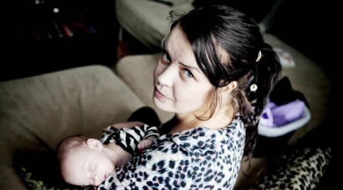 """Arg och ledsen. Svårt hjärtsjuka Josefine Jardemyr, 31, orkar inte arbeta. """"Jag är handikappad och borde bli beviljad sjukersättning"""", säger hon. Men försäkringskassan har sina regler att följa. Den aktivitetsersättning som Leons mamma kunnat kvittera ut de senaste 15 åren betalas inte längre ut. Foto: Lisa Irvall"""
