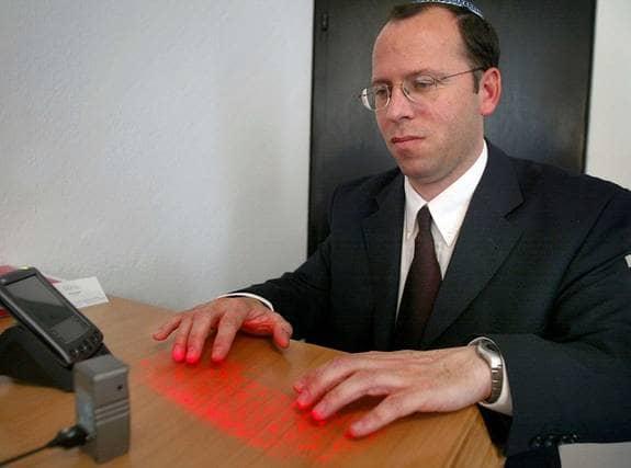 Trött på att skriva dina sms med tummen? Virtual Keyboard använder en laser för att rita upp ett riktigt tangentbord på bordet, och känner sedan av var du placerar fingrarna. Funkar med de flesta mobiltelefoner. Pris: 1 600 kronor Foto: Meissner Martin