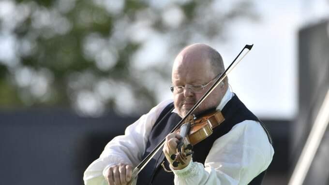 Kalle Moraeus var konferencier under Victoriadagen i fredags och passade då på att spela en bit på sin fiol. Foto: VILHELM STOKSTAD/TT / TT NYHETSBYRÅN