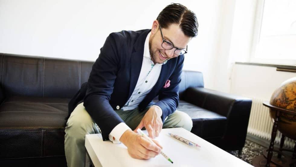 Partiledaren fick rita ett självporträtt. Se resultatet längre ned i artikeln. Foto: Anna-Karin Nilsson