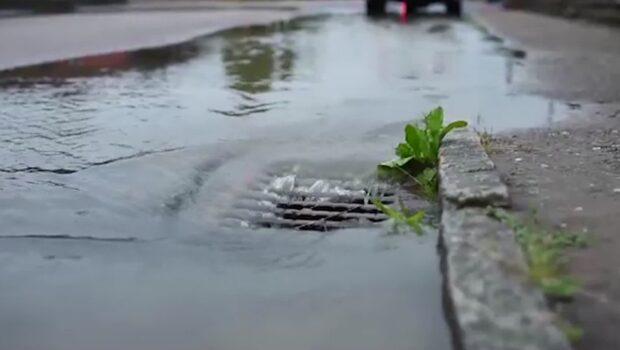 Uppmaningen: Ta på  regnkläder till helgen