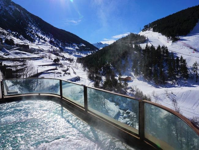 Varm jacuzzi med utsikt över Andorras vita bister på Sport Hotel Hermitage & Spa.