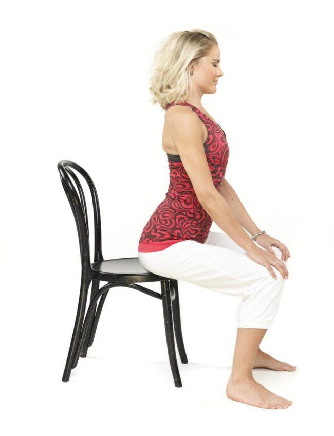 """1. Ryggflex: <br>Sitt rak i ryggen. Flytta en bit fram på stolen. Ta tag om knäskålarna, håll fast där. Tippa långsamt bäckenet så hela baken lägger sig ner på sitsen, krumma ryggen bak mot ryggstödet utan att sänka hakan, så långt armarna räcker. Flexa sedan framåt så bröstkorgen trycker upp mot taket och svanken pressar framåt, utan att lyfta hakan mot taket. Andas in på vägen fram, andas ut på vägen bak. Tänk """"sat nam"""" 3-5 min. Avsluta med ryggen rak och ett rotlås. Vila 1-2 min."""