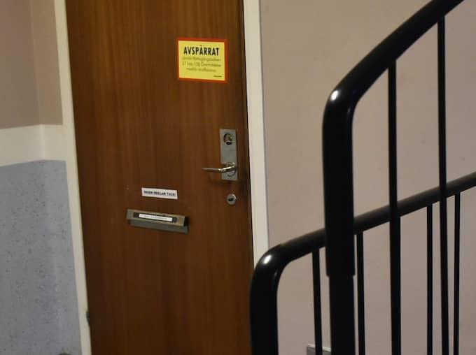 Omkring åtta poliser ska ha gått in i lägenheten och hämtat ut det yngsta barnet. Lite senare kom de ut med resten av familjen. Några poliser stannade på platsen till 22-tiden. Idag, dagen efter ingripandet, är lägenheten fortfarande avspärrad. Foto: Christian Örnberg