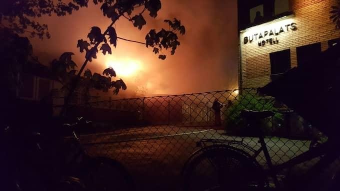 En brand bröt ut i en träbyggnad intill ett asylboende i Växjö natten mot onsdag. Foto: LÄSARBILD