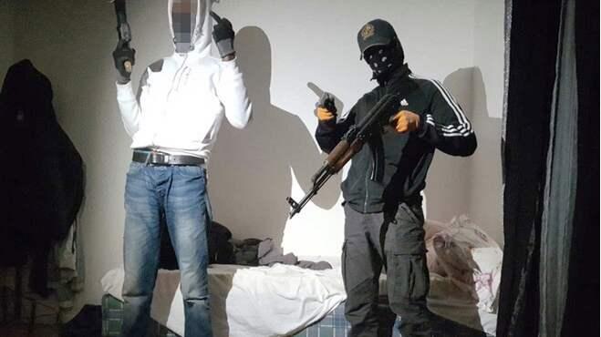 Polisen har beslagtagit ett 20-tal vapen som kopplas till gängkonflikten. Enligt tingsrätten är mannen till vänster i bild den 22-årige rappare som nu har dömts till 3,5 års fängelse för grovt vapenbrott. Foto: POLISEN / POLISEN