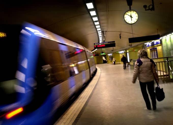 """Killarna Katarina uppfattade som """"skinnskallar"""" hoppade på vid Fridhemsplan. Foto: Johanna Pettersson"""