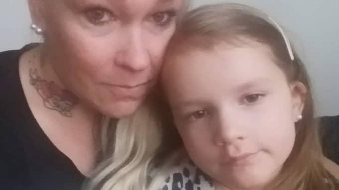Wilda, 6, med mamma Veronica Pettersson. Wilda är svårt diabetessjuk och blev bestulen på sina värdefulla diabetesapparater när hon besökte leklandet i Arninge. Foto: Privat
