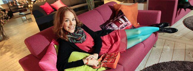 """Charlotte von Mentzer, 35, som driver företaget Gingerstyle älskar att omge sig med färger. """"Man blir på bra humör av färg och blir man inte glad själv bidrar man i alla fall med lite färg till sin omgivning"""", säger hon. Här i soffan """"Maxim"""" 3 990 kronor på Mio."""