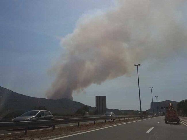 Svart rök sågs stiga från platsen.