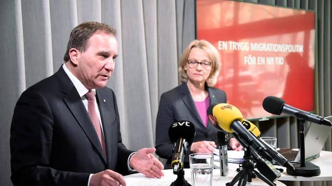 Stefan Löfven och migrationsminister Heléne Fritzon presenterar Socialdemokraternas nya inriktning för migrationspolitiken den 4 maj. Foto: MARKO SÄÄVÄLÄ/TT / TT NYHETSBYRÅN
