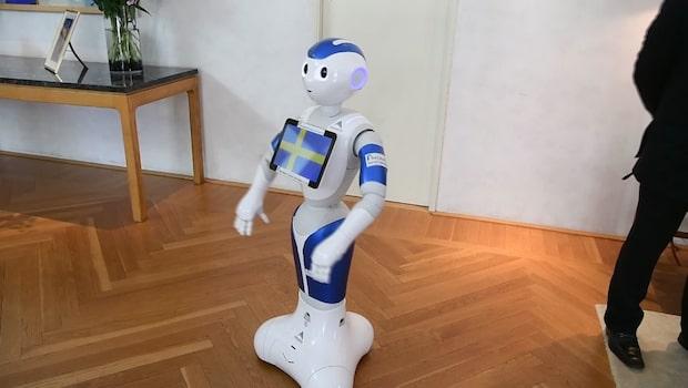 """Kronprinsessan Victoria träffar roboten """"Pepper"""""""